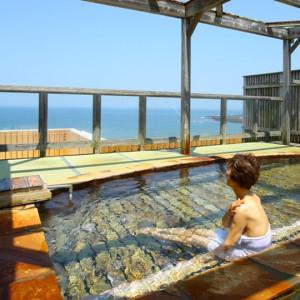 海を眺めながら入る露天風呂。しかも美肌の湯ですよ~!