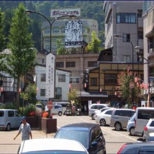 越後湯沢駅を出るとすぐにホテルが見えます!