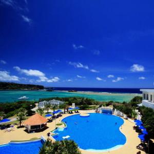プールはホテルの前にガーデンプール、ビーチにビーチサイドプールがあります