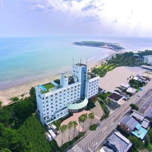 ホテルのすぐ裏がビーチ。 右奥に見えるのが青島。
