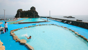 無料の海水プール。子供用の浅いプールもあり!